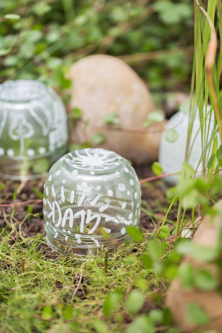 Anleitung für selbst gemachte DIY upcycling glow in the dark Leuchtkugeln aus Marmeladen Gläsern als Deko für den Garten, die im Dunkeln leuchtet