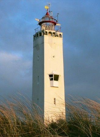 vuurtoren van Noordwijk aan Zee. In 1921 gebouwd, Ontwerp van C. Jelsma  In augustus 1923 werd het licht voor het eerst ontstoken en liep het hele dorp uit. Dick van Dee was de laatste Noordwijkse vuurtorenwachter (1954-1986)