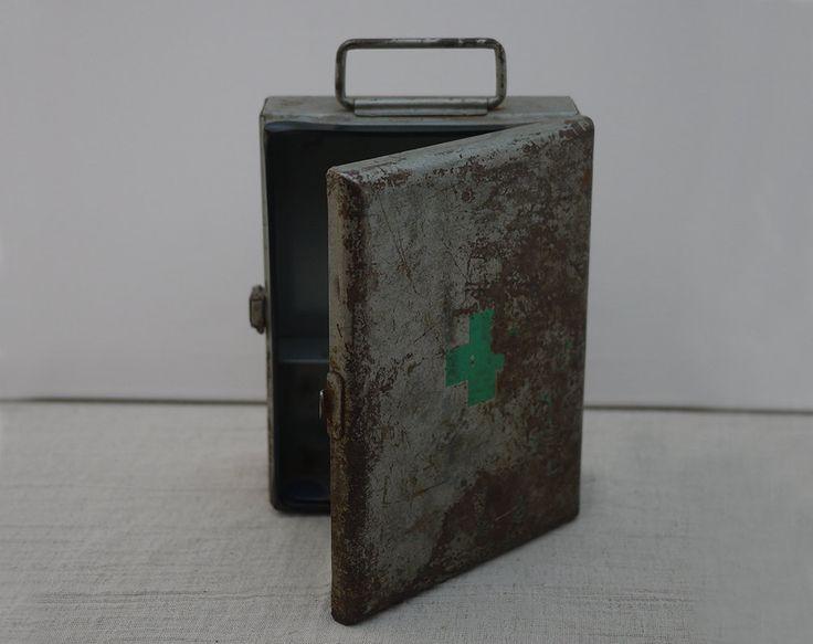 Vintage French First Aid Metal Storage Box, French Pharmacy bos. Ancienne Boîte de secours en Métal Croix Verte 1950's de la boutique LaMachineaBrocantes sur Etsy