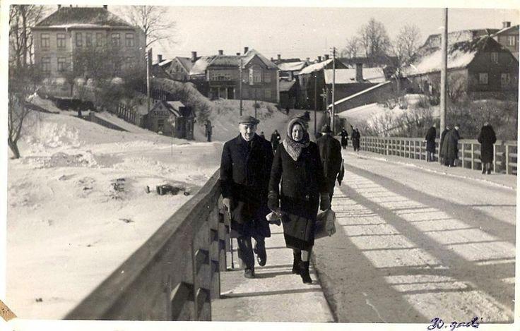 Kārlis Bukums ardzīvebiedri Olgu Bukumu uz Valmieras tilta. 20.gs. 30. gadi
