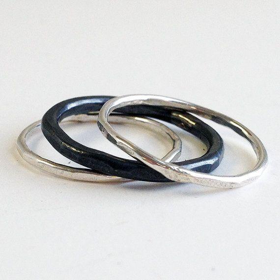 Stapelen ringen. Zilveren ringen. Zilveren Ring Set. Een set van de contrasterende sterling zilveren ringen stapelen. Twee magere bands in een hoge Poolse en een dikkere band die volledig is zwart.  Uniek. Kunstzinnige. Verklaring maken.  Mijn nieuwe favoriete stapelen duim ringen!  Details: 2 mager hoge Pools sterling zilveren banden 1mm dik 1 zwart zilver 2mm band  Wees zo goed verhuren mij weet uw ringmaat bij kassa. Niet zeker van je maat? Ik bied een aantal ring sizers hier: https:/...