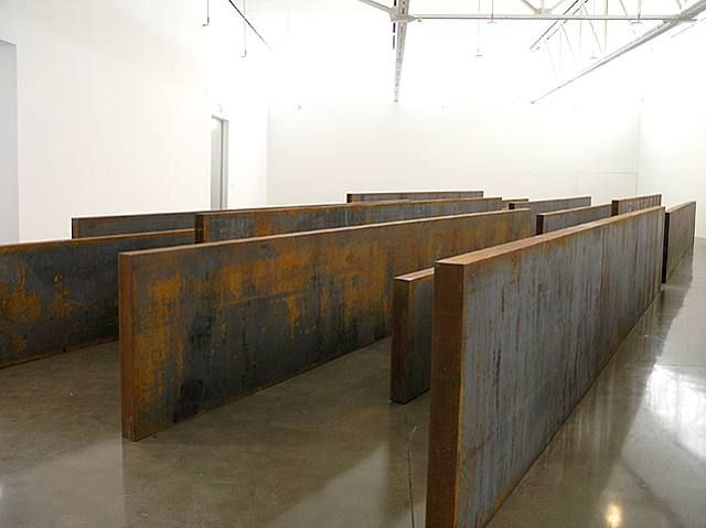 """Google Image. Richard Serra (San Fco, 2 11 1939) escultor post minimalista (tendencia de arte procesual) conocido x trabajar con grandes piezas de acero corten. Obtuvo el Premio Príncipe de Asturias 2010. A finales de los 60, las series Prop o Belts, la muestra Live Animal Habitat, muestran la rebeldía y originalidad de su autor, pero todavía a escala pequeña. """"Lo importante de esos 1ros tiempos"""", decía, era el proceso creativo, no el rtdo final."""
