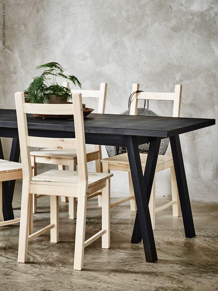 GREBBESTAD underrede och RYGGESTAD bordsskiva av massiv furu, tillsammans med IVAR stolar. Bordsskivan finns i svart och naturfärgad furu och kan även kombineras med KARPALUND underrede.