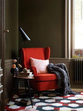Rustad för höstens sköna lässtunder! STRANDMON öronlappståfölj i Skiftebo orange klädsel, AINA kuddfodral i rosa linne, OFELIA pläd, JERNVED matta, IKEA STOCKHOLM LED golv/läslampa, LÖVBACKEN sidobord.