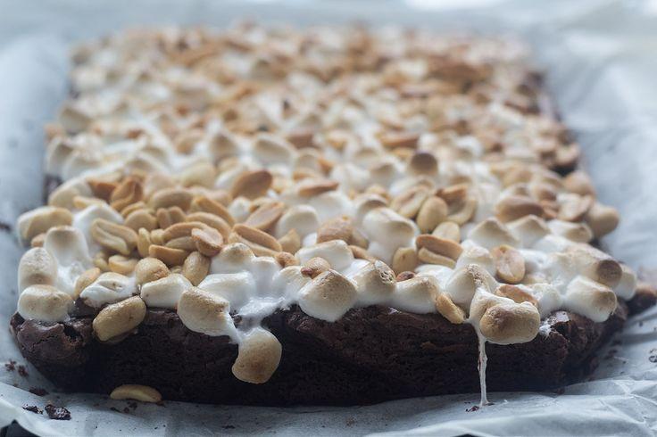 Opskrift på hjemmebagt brownie med skumfiduser og peanuts