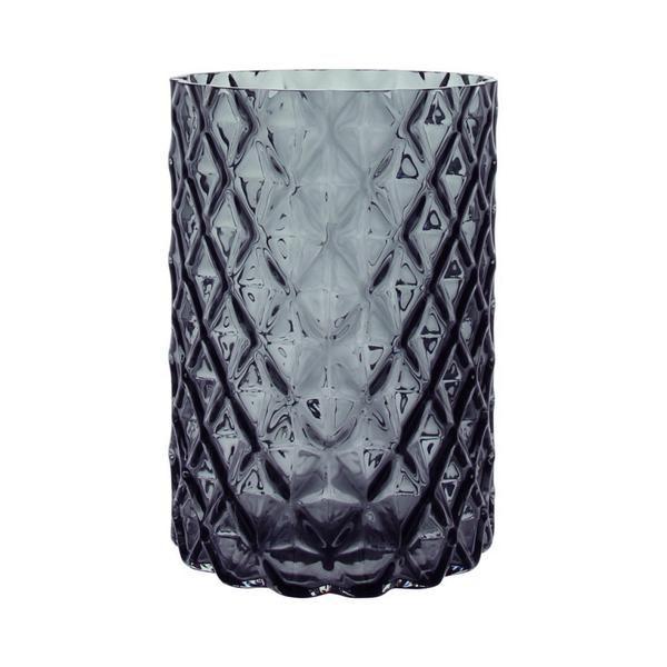 In dieser Vase finden auch voluminöse Blumensträusse ihren Platz. Die rautenförmige Struktur des Glases macht die Vase zu einem unverwechselbaren Designobjekt. Die Oberfläche kreiert ein facettenreiches Spiel aus Licht und Schatten. Ein wahres Schmuckstück! Masse: H: 20cm   D: 14cm Material: Glas Farbe: Grau SKU:LIF_0110085