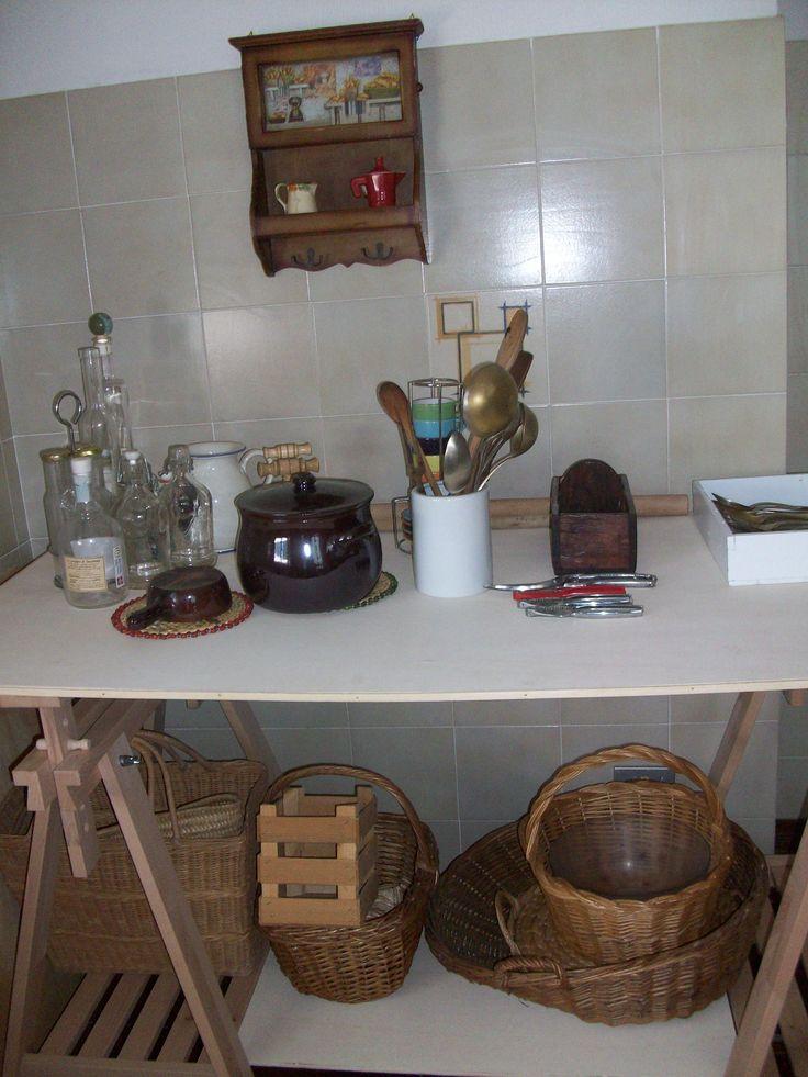 piano del tavolo in MDF profilato e due cavalletti ikea