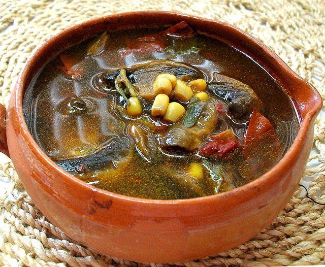 SOPA RÚSTICA DE HONGOS. Campestre y elegante a la vez con tomate, chile guajillo y epazote.
