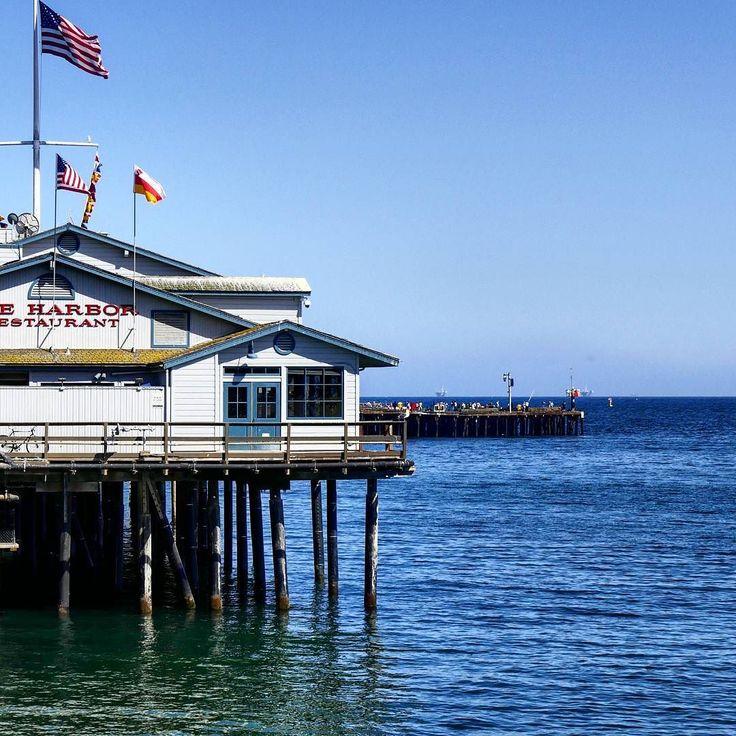 Santa Barbara is a vintage city with a heart made of sun ...  Ve la raccontiamo così Santa Barbara: una città vintage con un cuore fatto di sole tanti negozietti hippie-chic e una lunga spiaggia di sabbia morbida dove sdraiarsi e respirare la brezza dell'oceano. Questa città finisce dritta dritta nella lista dei posti dove tornare con calma perché la fretta non si addice a Santa Barbara.  Nelle Stories la nostra giornata di ieri in città e in bio il nuovo post dedicato agli USA.