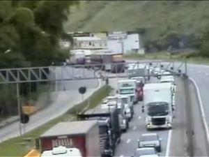 Caminhão sofre pane mecânica e congestiona Dutra, em Paracambi, RJ +http://brml.co/1vwrujQ