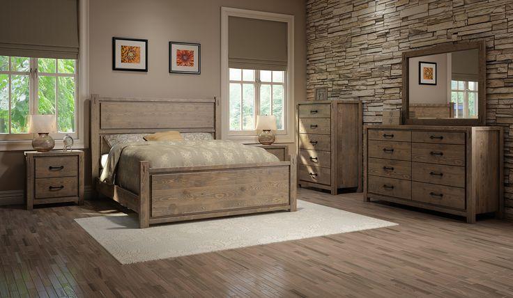 Classical hardwood bedroom. Chambre à coucher en bois franc classique.