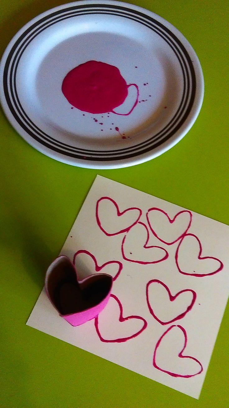 un peu de peinture, un rouleau de papier toilette un peu pincé pour prendre une forme de coeur ... et voila plein de jolis coeurs pour faire une jolie carte pour la fête des mamans ? des papas ? la saint Valentin ? c'est vous qui voyez !