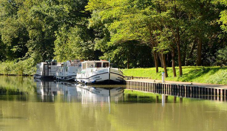 A proximité de l'écluse de Négra, sur le Canal du Midi Par CRT Midi-Pyrénées / Patrice THEBAULT #TourismeMidiPy #MidiPyrenees #France #Fluvial #Bateau #Peniche #CanalMidi #CanalduMidi