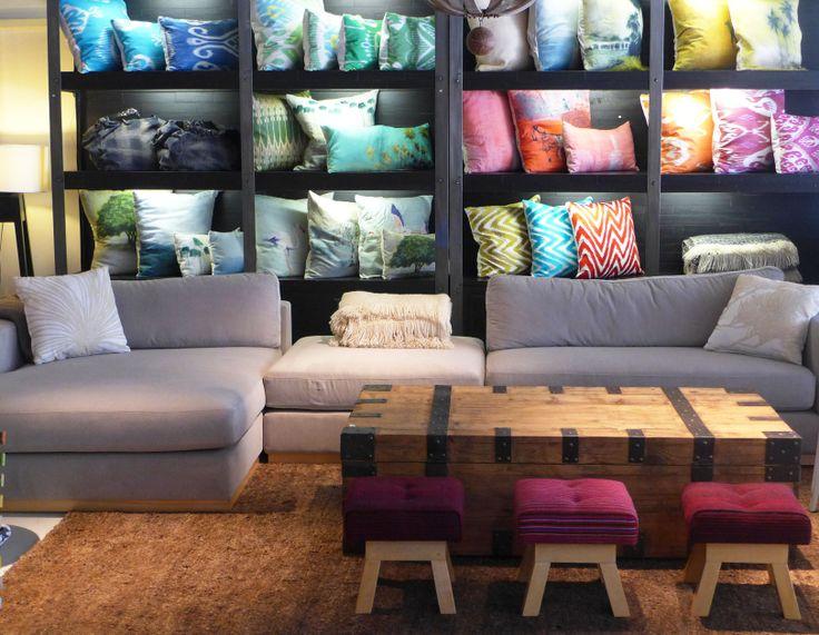 MARABIERTO - Almohadones, rinconera Paul tapizada en Mystic gris, mesa de living Trunk y banquitos André tapizados en manta de colores.
