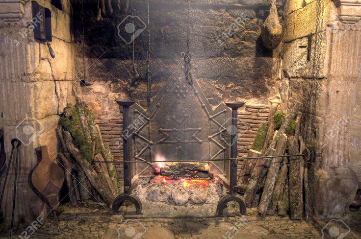 Stenen Open Haard Met Antieke Apparatuur In Middeleeuws Kasteel Royalty-Vrije Foto, Plaatjes, Beelden En Stock Fotografie. Image 14818085.