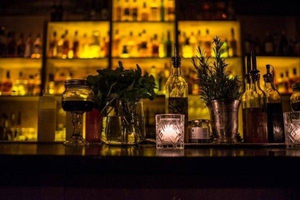 Un bar (ambiance prohibition) caché au fond d'une pizzeria Déco, ambiance feutrée, au Mooshiner, tout est fait pour que vous pensiez tomber en plein dans un bar clandestin des années 20. Il vous faudra d'ailleurs traverser le restaurant Da Vito pour pénétrer dans la gargote à liqueur. Vous pourrez y déguster plusieurs cocktails (dont quelques conceptions maison à base d'épice). Prix : 6€ la pinte, à partir de 7€ pour les cocktails Adresse : 5 rue Sedaine, 75011 Paris