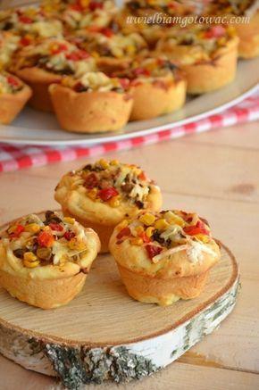 Drożdżowe muffinki z nadzieniem pizza