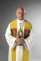 Dit kan volgens mij Thomas O'Reilly zijn, hij is een priester in een achterbuurt die veel waarde hecht aan zijn geloof. Zijn probleem is dat hij weinig bezoekers in zijn kerk krijgt. Ed vindt hier een oplossing voor en organiseert op de eerstvolgende zondag een kerkdienst met gratis bier, voedsel en volop populaire muziek. Er komen veel mensen en daarmee is de priester geholpen.