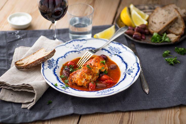 Saftiga kycklinglårfiléer serveras i en mustig tomatsås med smak av citron och oliver. Servera med ett gott nybakt surdegsbröd som kan fånga upp all den goda såsen. Till denna maträtt tycker vi att ett mjukt och fruktigt rött vin passar bäst i glaset. Förberedelser &…
