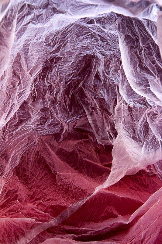 Vilde J. Rolfsen voit des paysages à l'intérieur des sacs plastiques que l'on essaie maintenant d'enlever des paysages. Il y en a plus sur son site.