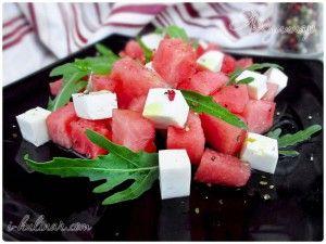 Арбузный салат с фетой и рукколой