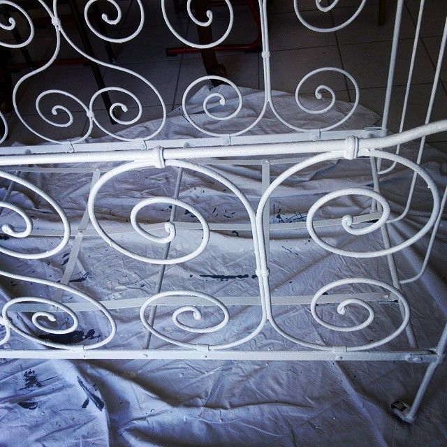 1ère couche peinture blanche pour métal. Deuxième couche OK ^^ #babyroom #décoration #homemade