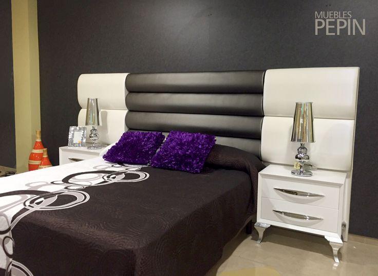 #Dormitorio con #cabecero de cama tapizado en blanco y negro que combina a la perfección con las mesitas de noche en #blanco alto brillo