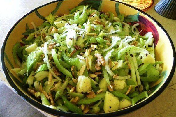 Салат из сельдерея - это очень полезный для здоровья салат, полный клетчатки и белка.  Ингредиенты: Яблоки — 2 шт. Сельдерей (пучок) — 1 шт. Мята свежая — по вкусу Орехи — 1 чашка (арахис, грецкие орехи, миндаль) Сок лимонный — 1/2 чашки Оливковое масло — 1/4 чашки Соль, перец — по вкусу  Приготовление: 1. Для начала приготовим заправку для салата. Делается это просто - лимонный сок, оливковое масло, соль и перец нужно перемешать до однородности вилочкой. Кстати, это универсальная заправка…
