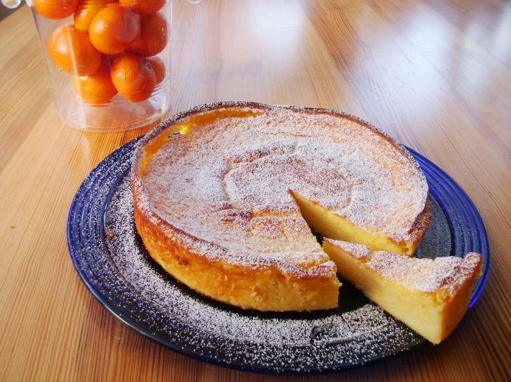 """Recky tvarohovy kolac 750 g tvarohu, 1 recky jogurt, 100 g mekkeho masla, 300 g cukru, 2 vanilkove pudinkove prasky, 6 vajec a 1 prasek do peciva - vse dukladne promixovat a nalit do maslem vymazane dortove formy. Peci pri 180 °C ca 75 minut ( proste do zlatova ). Nechat vychladnout a krajet na porce. Je to """"pudinkovy"""" styl kolace, chutove velmi dobry a zase jednou """"neco jineho""""."""