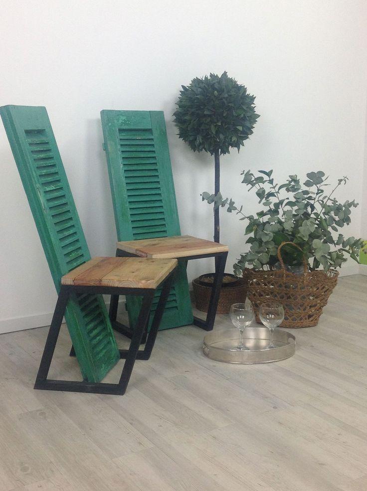 """Pareja de sillas realizadas con contraventanas recuperadas para el programa """"con material de derribo"""""""