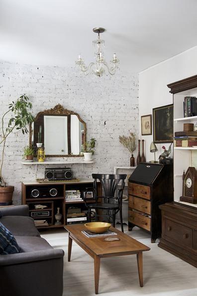 Un salon rétro aux meubles chinés pour une déco quelque peu masculine.