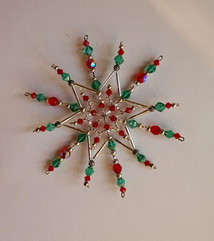 Vánoční hvězda z korálků ,,Klasika,, Vánoční hvězdička z korálků a perliček na pevné drátěné konstrukci , velikost 11cm v barvách stříbrná červená zelená