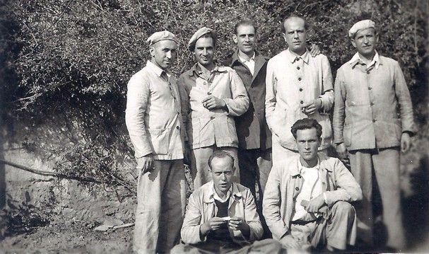 Jesús Monzón -de pie, segundo por la dcha.- con militantes comunistas fieles en la cárcel de El Dueso. / Foto cedida por la familia de Jesús Monzón