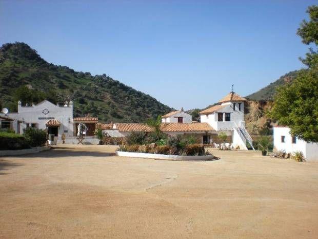 Beeldschoon bed and breakfast in de regio Cadiz Andalusie.  In het altijd groene dal, aan de rivier de Guadalete, ligt onze bijzondere sfeervolle en authentieke Spaanse finca. De finca is vroeger opgezet als stierenfokkerij met een echte stierenvechtarena. Nog steeds ademt de ruim opgezette finca deze sfeer en is het alsof je een film van Zorro binnenrijdt.
