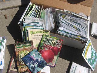 Sachets de graines rangés dans une boîte en carton
