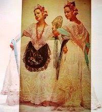 Confeccionado en tonos color pastel: rosa, azul, amarillo y verde pálidos, pero que generalmente vemos en color blanco, el traje lleva por ...
