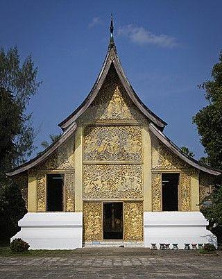 Wat Xieng Thong, de gouden tempel, een verguld gebouw dat de crematie voertuigen en urnen van de recente Lao monarchen herbergt. De gravures tonen scènes uit de Ramayana.