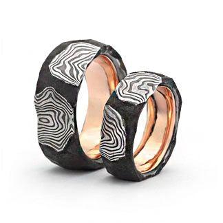 Trauringe : tricolor : b313 Damaszenerstahl / 585 Gold Damenring, Herrenring: 11mm breit Hammered Gold Wedding Rings