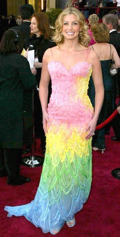 Фэйт Хилл (Faith Hill), 2002 год:   «Радужное платье от Versace не впечатляет».