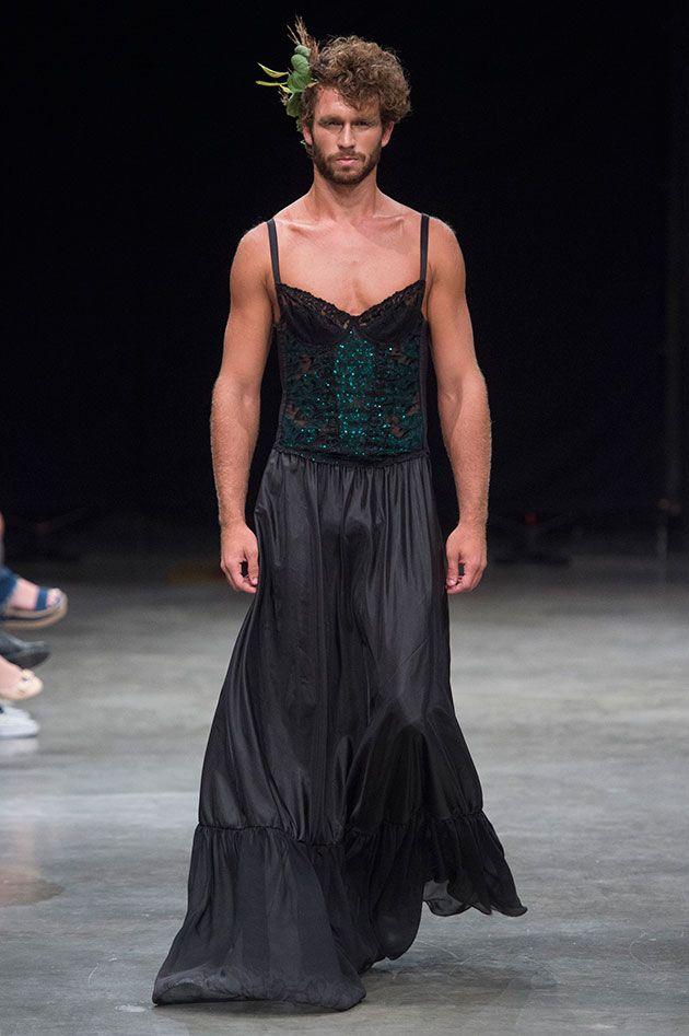 A mistura também aparece nos looks agêneros – o casting supermusculoso usando um vestido com o busto estruturado e rendas à lingerie ou uma saia cheia de paetês vermelhos, por exemplo.