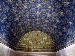Mausoleo di Galla Placidia Ravenna costruito a metà del V sec. Ha una forma irregolare a croce latina ed è completamente rivestito all'interno di mosaici, soprattutto con tessere blu e verde smeraldo. Galla Placidia era spesso a Costantinopoli e si è pensato che l'autore fosse bizantino, ma forse i mosaici furono eseguiti da più artisti anche  romani. Le tessere dei mosaici di Ravenna sono diverse l'una dall'altra, a differenza di quelli di Roma e Venezia, più regolari e uniformi.