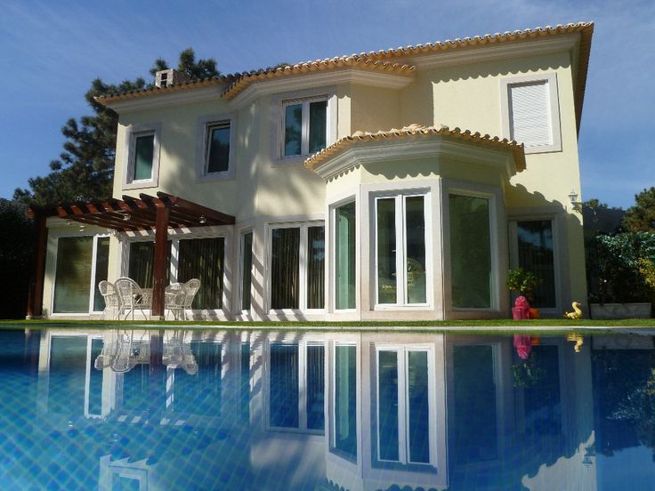 This beautiful romantic luxurious villa, inside the Aroeira Golf Resort that is located in a natural reserve, 25km from the centre of Lisbon and just 600 metres from the beach. Aroeira is the largest golf resort ...