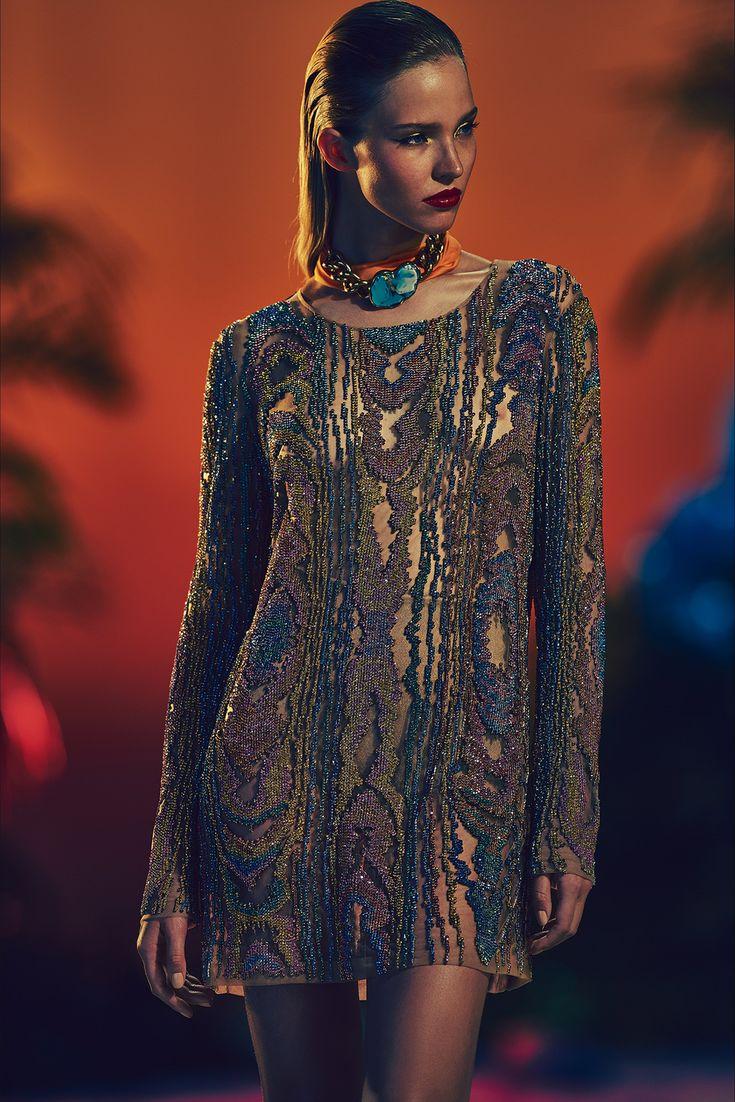 Guarda la sfilata di moda Balmain a Parigi e scopri la collezione di abiti e accessori per la stagione Pre-collezioni Primavera Estate 2017.