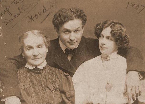 Houdini met zijn moeder en Bess    Houdini's moeder was bij hun in het huis in New York ingetrokken. Hij was erg close met zijn moeder en haar dood in 1913 was voor hem de grootste tragedie uit zijn leven. Na haar dood ging hij wekenlang iedere dag naar het kerkhof. Soms lag hij op haar graf en sprak tegen haar.  Uiteindelijk ging Houdini weer aan het werk, maar hij bleef de rest van zijn leven om zijn moeder treuren.