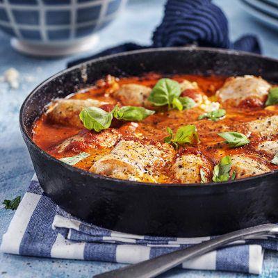 Färskostfyllda kycklingrullar i tomatsås med risoni