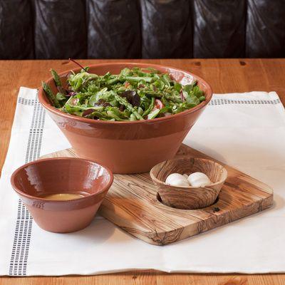 Mariam stor og liten serveringsbolle med herlig salat. Her sammen med stor serveringsfjøl og Mariam liten serveringsbolle i oliventre.