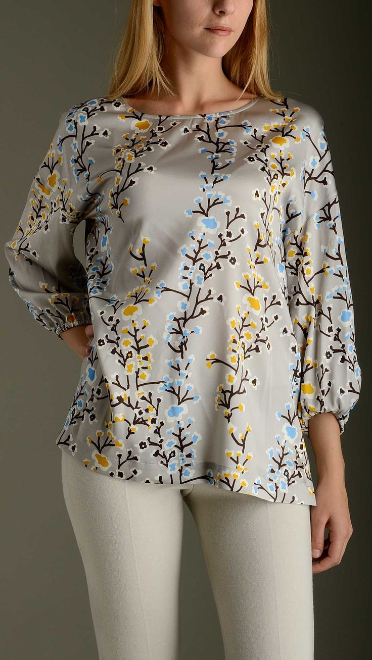 Kimono sleeves floral pattern blouse in light grey characterized by boat neck, three quarter bracelet sleeves, comfort fit, 93% seta 7% elastan.