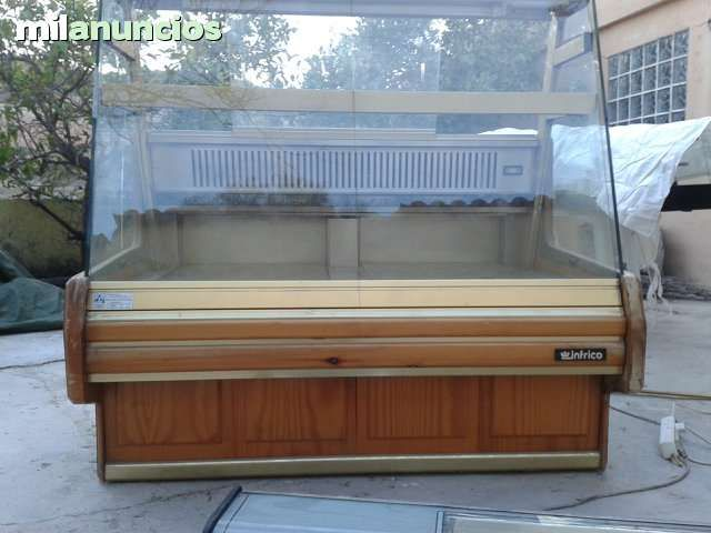 . Se vende maquina de hielo marca EUROFRES.Precio 400�.Produccion 40 kgs. Maquina de hielo marca ITV.Precio 450�. Produccion 40 kgs.Bandeja fria para tapas 8 bandejas.Precio 350�.Vitrina pastelera de 1,50 mts.Precio 600�.Vendemos maquinas de hosteleria usad