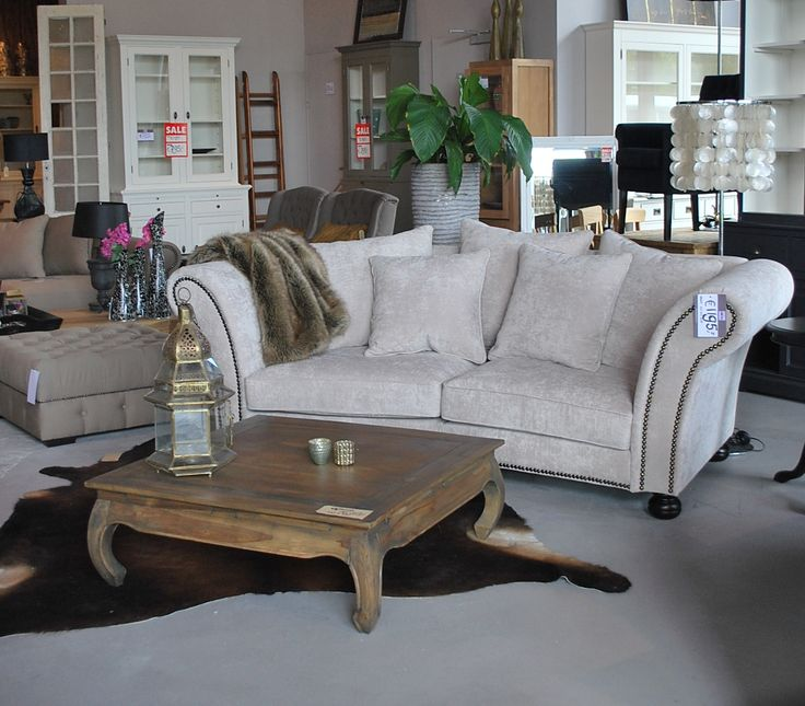De arvin sofa, Een klassieke bank met nagels in de armleuning. prachtige kleurcombinatie samen met het bruine koeienkleed