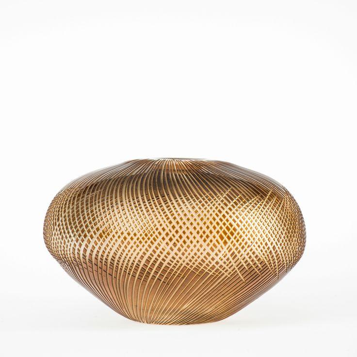 Koleksiyon Adı: Ventu  Ürün Tipi: Obje  Ürün Kodu: 061032.20  Ürün Rengi: Şeffaf-Bal  Ölçü: h/15 cm çap/22 cm  Özellikleri: Serbest üfleme cam üzerine kesme tekniği üretilmiştir.